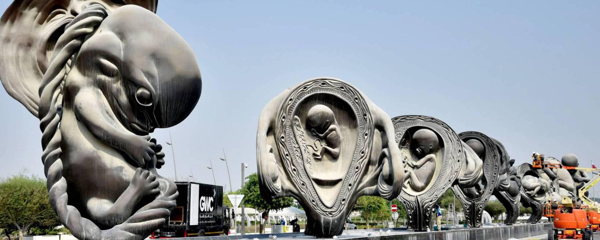 Esculturas da instalação 'A Viagem Maravilhosa' diante do hospital Sidra, no Catar. AFP